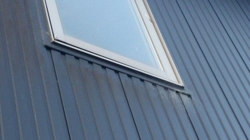 金属サイディングボードの外壁アップ画像