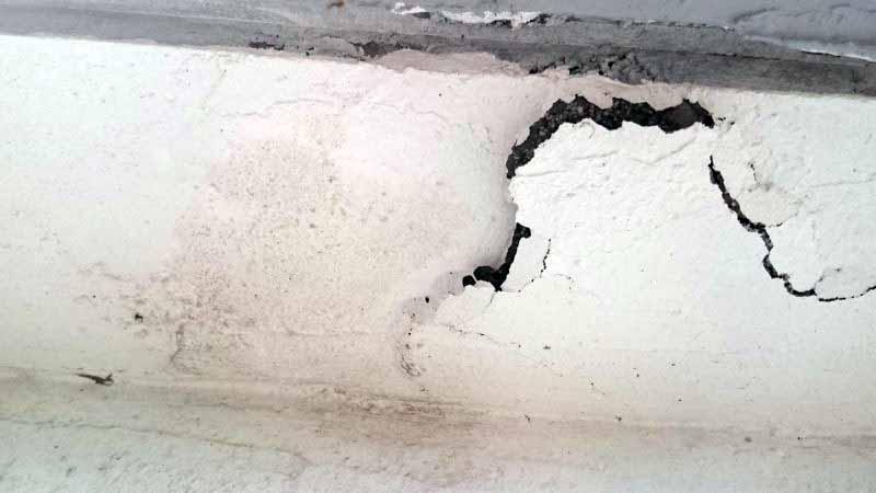 築36年コンクリート外壁の爆裂画像